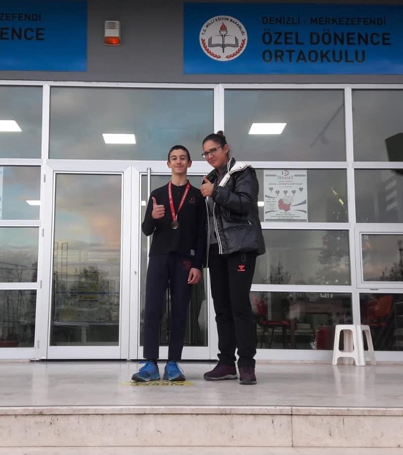Büyük Atatürk koşusu küçük erkekler 200 metrede il birincisi olmuştur.